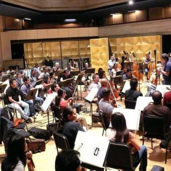Justo Morao dando algunas instrucciones técnicas a la Orquesta Sinfónica de Venezuela antes de la grabación