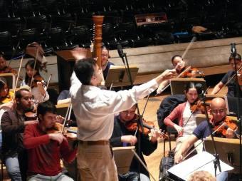 Alfonso López Chollett dirigiendo la Orquesta Sinfónica de Venezuela para la grabación
