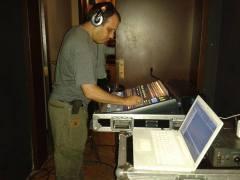 Alonso Lacruz operando la consola y el equipo de la grabación.
