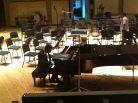 El maestro António Rosado probando el piano del concierto/grabación.