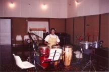 """Yomar Méndez grabando la percusión para """"La verdadera historia""""."""