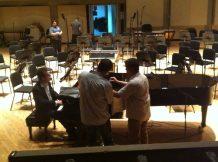 Probando los micrófonos para la grabación en el Sala Ribas del Teatro Teresa Carreño.