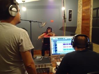 Susana Salas grabando el violín solista de su producción