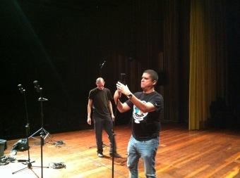 Justo Morao poniendo microfonía para concierto en vivo
