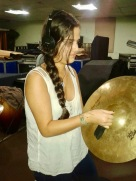Carmen Elisa Vargas tocando platillos